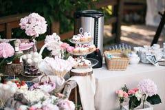 Schokoriegel Bankettisch voll von Beeren und von Zusammenstellung von Bonbons Torte und Kuchen Heirat auf der Natur Lizenzfreie Stockfotografie