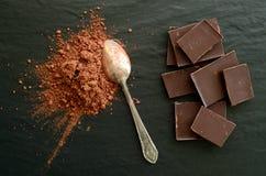 Schokoriegel mit Haufen des Kakaopulvers Stockfotografie