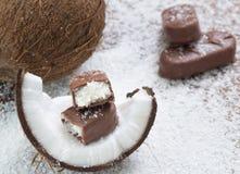 Schokoriegel mit Kokosnussfüllung Stockbilder