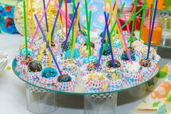 Schokoriegel Schokoladenbälle auf einem Stock Farbige Nachtische Stockfotos