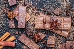 Schokoriegel-Stücke Hintergrund mit Schokolade Süßes Lebensmittelfotokonzept Die Klumpen der defekten Schokolade Stockfoto