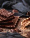 Schokoriegel-Stücke Hintergrund mit Schokolade Süßes Lebensmittelfotokonzept Die Klumpen der defekten Schokolade Stockbilder