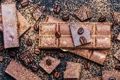 Schokoriegel-Stücke Hintergrund mit Schokolade Süßes Lebensmittelfotokonzept Die Klumpen der defekten Schokolade Stockfotografie