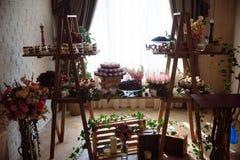 Schokoriegel Tabelle mit Bonbons, Buffet mit kleinen Kuchen, Süßigkeiten, Nachtisch stockbild