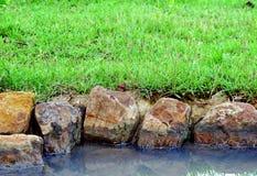 Schommel de rivier en het gras royalty-vrije stock afbeeldingen