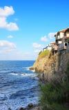 Schommel het huis dat over het overzees hangt stock fotografie