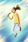 Schommel uw lente, meisjesprong, die bloem houden stock foto's