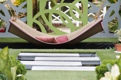 Schommeling bij de tuin royalty-vrije stock foto's