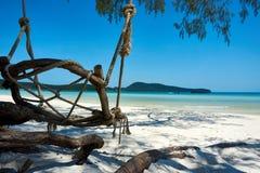 Schommeling bij strand bij aardige zonnige de zomerdag Koh Rong Sanloem-eiland, Saracene Baai Kambodja, Azië stock foto's