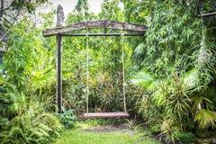 Schommeling in de tuin Royalty-vrije Stock Fotografie