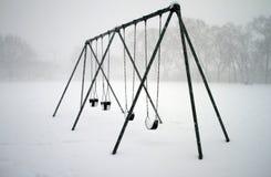 Schommeling die met sneeuw wordt behandeld Stock Foto's
