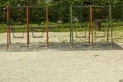 Schommeling in het park royalty-vrije stock afbeelding