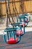 Schommeling in het park met kettingen Stock Afbeelding