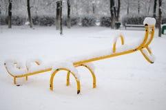 Schommeling onder de sneeuw Stock Afbeelding