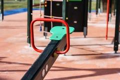 Schommeling op de speelplaats Stock Foto