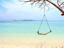 Schommeling op een paradijsstrand royalty-vrije stock foto's