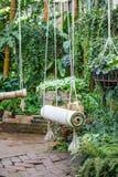 Schommeling op groene tuin Royalty-vrije Stock Afbeeldingen