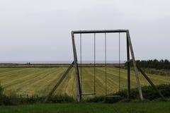 Schommeling op het landbouwbedrijf wordt geplaatst dat Royalty-vrije Stock Foto