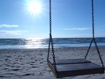 Schommeling op het strand royalty-vrije stock fotografie