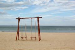 Schommeling op het strand royalty-vrije stock afbeelding