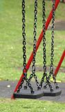 Schommeling in park stock foto