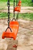 schommeling in speelplaats stock fotografie