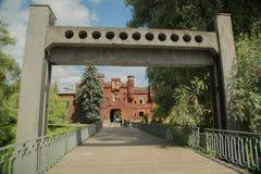 Schommelingsbrug over de rivier Mukhavets in de vesting van Brest Stock Afbeelding
