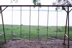 Schommelingstribune op het groene gras Stock Foto