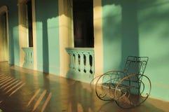 Schommelstoel bij portiek in Cuba Stock Afbeeldingen