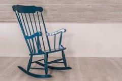 Schommelstoel in een woonkamer Royalty-vrije Stock Afbeeldingen