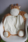 Schommelstoel met Girafkussen stock foto