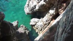 Schommelt dichtbij Sveti Stefan, Montenegro stock videobeelden