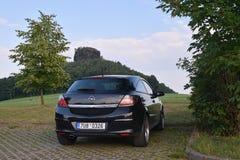 Schona,德国- 2018年6月16日:在停车场的黑汽车欧宝雅特H立场在撒克逊人的Schwitze的旅游nead Zirkelstein城堡的 免版税图库摄影