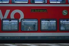 Schona,德国- 2018年6月16日:红色旅客列车立场在Schona与伊里igaz摄影师的火车站作为在w的反射 库存照片