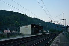 Schona,德国- 2018年6月16日:Schona与轨道的有大岩石的火车站在前景和房子在捷克村庄Hrensko我 库存照片