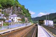 2014-07-06 - Schona,德国-火车站在村庄Schona在非常好的撒克逊人的瑞士国家公园在峡谷河Labe 免版税库存图片