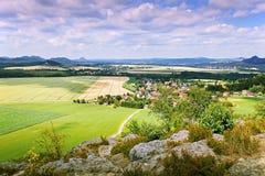 2014-07-06 Schona, Deutschland - Beschaffenheit sächsischen Nationalparks der Schweiz mit Dorf Schona vom Schlossfelsen Zirkelste Stockfoto