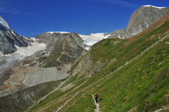 Schonbiel Refuge and Stockji. The track down from the Schonbiel refuge (2700m) to Zermatt in the Swiss Alps. In the background Stockji (centre) with the Stockji Stock Photo