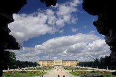 Schonbrunn Palast vom Neptun-Brunnen stockfotografie