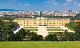Schonbrunn parkerar och dess härliga slott Fotografering för Bildbyråer