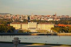 Schonbrunn slott i Wien på solnedgången Royaltyfria Foton