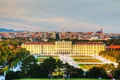 Schonbrunn slott i Wien på solnedgången Royaltyfri Bild