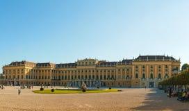 Schonbrunn slott i Wien på solnedgången Arkivbild