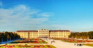 Schonbrunn slott i Wien på solnedgången Royaltyfri Foto