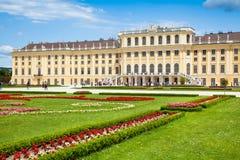 Schonbrunn slott med den stora Parterreträdgården i Wien, Österrike arkivfoto