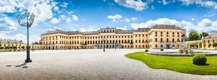 Schonbrunn slott på den huvudsakliga ingången i Wien, Österrike arkivbilder