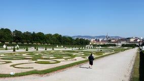 Schonbrunn slottträdgård royaltyfria bilder