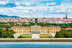 Schonbrunnpaleis met Grote Parterre-tuin in Wenen, Oostenrijk stock afbeeldingen