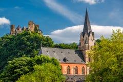 Schonburg slott och kyrka av vår dam på Rhendalen nära Oberwesel, Tyskland Arkivbilder