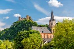 Schonburg slott och kyrka av vår dam på Rhendalen nära Oberwesel, Tyskland Arkivfoton